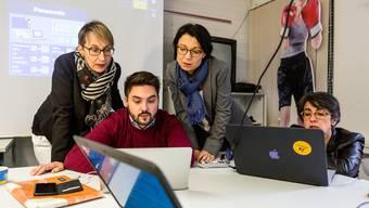 Auf dem Foto: Hier studieren sie die Ergebnisse zu den Regierungsratswahlen 2016. Zusammen mit Elisabeth Burgener (ganz links) und Kathrin Scholl (rechts).