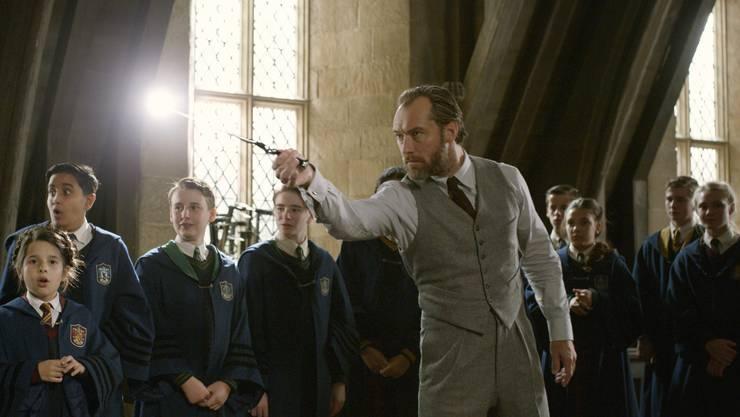 Junger Bekannter: Jude Law als Professor Albus Dumbledore, hier mit einer Schulklasse in Hogwarts.