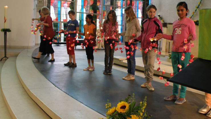 Schüler trugen eine Lichterkette mit Laternchen aller 160 Primarschüler in die Kirche.