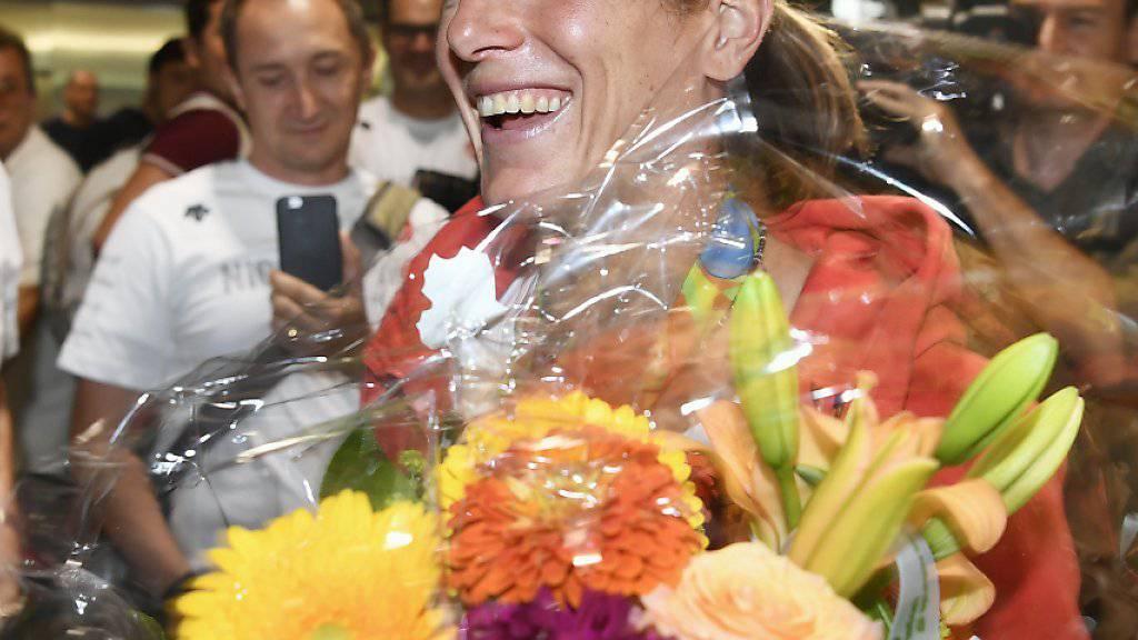 Silbermedaillen-Gewinnerin Nicola Spirig strahlte bei ihrer Ankunft am Flughafen Zürich-Kloten übers ganze Gesicht
