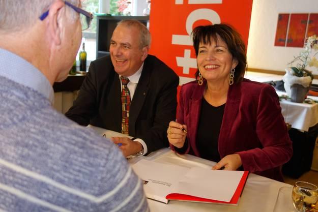 Wieder zu Hause Im überfüllten Säli des Restaurants Huwiler in Merenschwand signiert die abtretende Bundesrätin am 22. Dezember die von Werner Vogt (links) verfasste Biografie. Ein exklusiver Anlass für die Merenschwand.