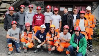 Das Gruppenfoto der Lehrlinge vor dem Plattenhüttli in den Glarner Bergen.