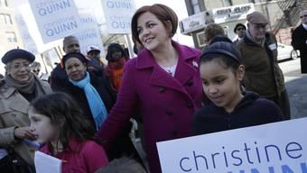 Christine Quinn (im violetten Mantel) will Bürgermeisterin New Yorks werden