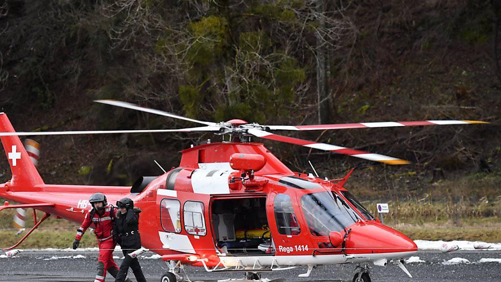 Eine Skifahrerin wird aus der Pizolbahn evakuiert. Die Tragseile der Bahn waren von umgestürzten Bäumen getroffen worden.