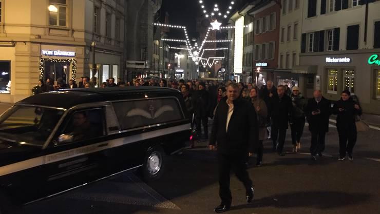 Mike Müller führte nach der Vorpremiere den fröhlichen Trauerzug durch die Stadt Aarau an.