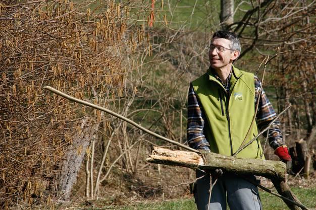 Richard Bolli, der Leiter des Naturpark Thal, packt mit an