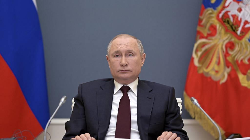 Mehr Feiertage für Russland - das verkündete Präsident Wladimir Putin. Die Maßnahme ist Teil der russischen Strategie zur Eindämmung des Coronavirus. Foto: Alexei Druzhinin/Pool Sputnik Kremlin/AP/dpa