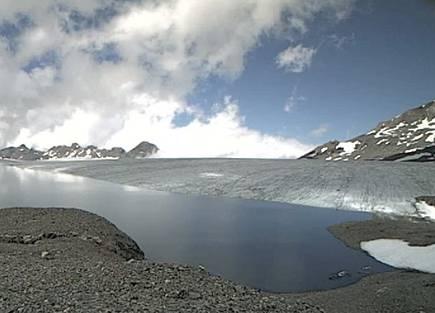 Dieses Zeitraffervideo von vergangener Woche zeigt,  wie das Schmelzwasser des Favergessee auf dem Plaine Morte-Gletscher im Berner Oberland ausläuft.