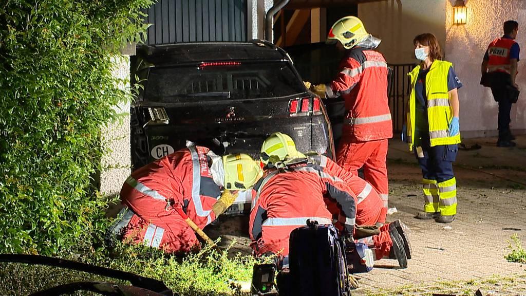 Spektakulärer Verkehrsunfall in Dorf (ZH): Frau und Hund in Auto eingeklemmt