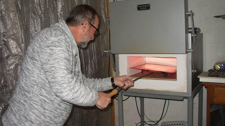 Aldo Botta brennt eines seiner Emailles im eigenen Ofen.