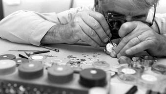 Ein Uhrmacher bei der Arbeit in einer Uhrenmanufaktur 1995. (Symbolbild)