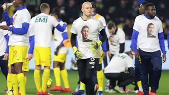 """Die Nantes-Spieler erschienen vor und nach der Partie in Trikots mit einem Bild von Sala und der Aufschrift """"On T'aime Emi"""""""