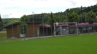 Auf dem Sportplatz Netzi – links neben dem bestehenden Schopf – kann ein Garderobengebäude mit vier Garderoben gebaut werden. mf.