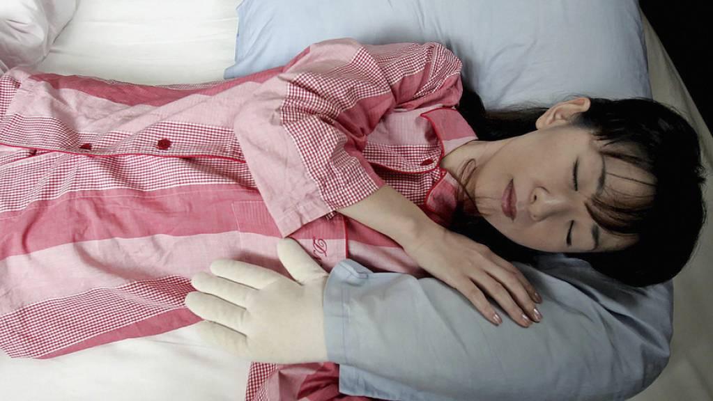 Auch ohne «Boyfriend Pillow» schlafen junge Japaner heute im Schnitt 10 Prozent länger als noch bis vor ein paar Jahren. (Symbolbild)