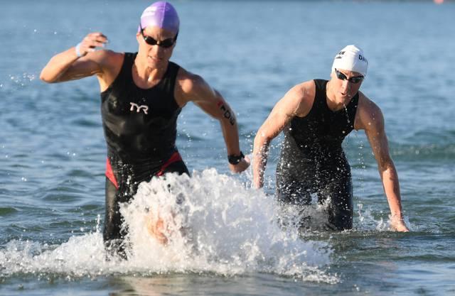 08.07.2018, Hessen, Langen: Sarah True (l) aus den USA und Daniela Ryf aus der Schweiz kommen bei der Ironman Europameisterschaft nach dem Schwimmen im Langener Waldsee aus dem Wasser. (KEYSTONE/DPA/Arne Dedert)
