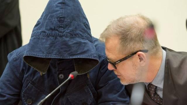 Carsten S. mit Verteidiger Jacob Hoesl im Gericht in München