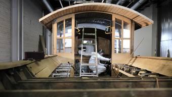 Die leeren Hallen der Messe Basel als Schiffswerft: Die Holz-Fähre wird generalüberholt.