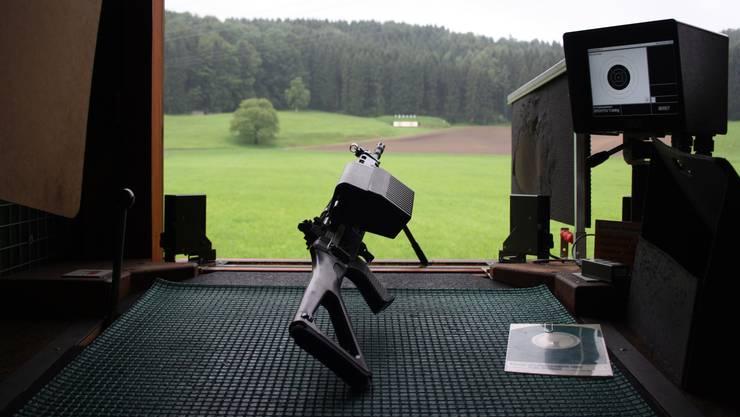 Die Sturmgewehre 90 des Feldschützenvereins wurden vor dem Beginn des Wettschiessens von den Betreuern richtig eingestellt.