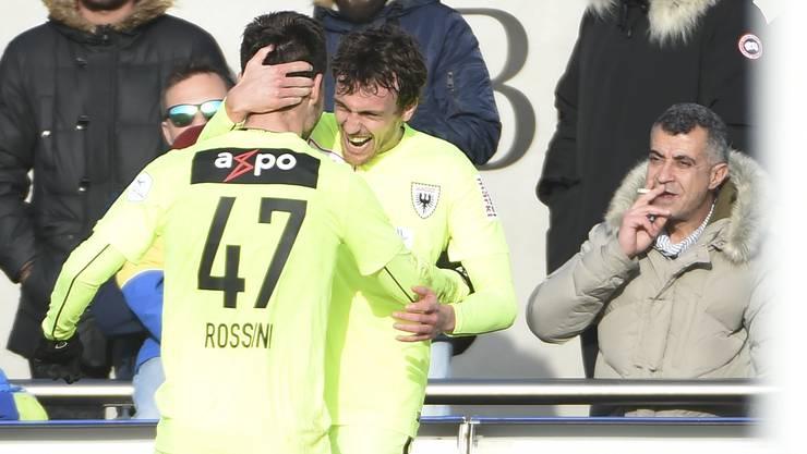 Torschütze Geoffrey Tréand und Patrick Rossini feiern den 2:1-Siegtreffer für den FCA