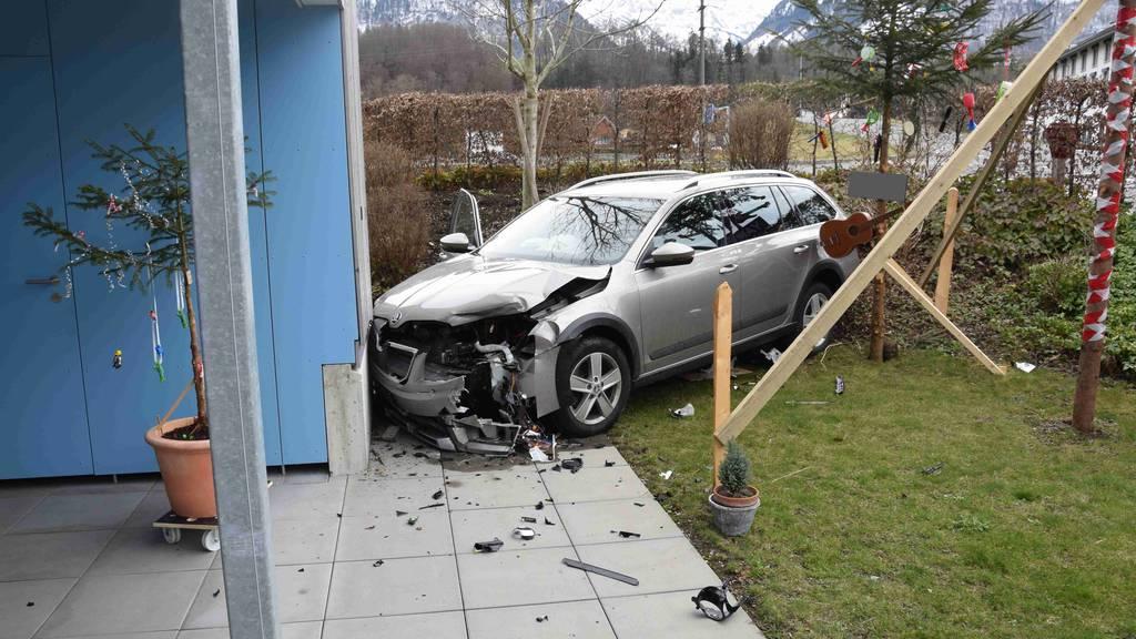 Auto landet nach Zusammenstoss in Garten