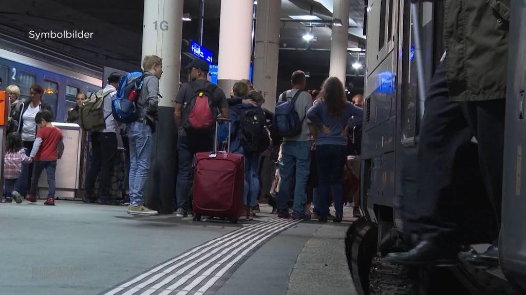 Ferienchoas: Passagiere aufgefordert aus überfülltem Zug auszusteigen