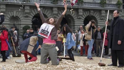 Fünfräppler auf dem Bundesplatz: Die Initiative für ein bedingungsloses Grundeinkommen wurde 2013 mit viel Show eingereicht. An der Urne scheiterte die Vorlage deutlich.