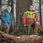 «Früher war der Wald vor allem ein Holzlieferant»: Max Senn (l.) und sein Nachfolger, der 26-jährige Andreas Wirth.