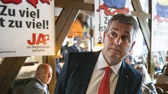 Die Resultate liefern ihm keinen Grund zur Freude: SVP-Neopräsident Marco Chiesa verfolgte den Abstimmungssonntag im Restaurant Pöstli im aargauischen Rothrist.