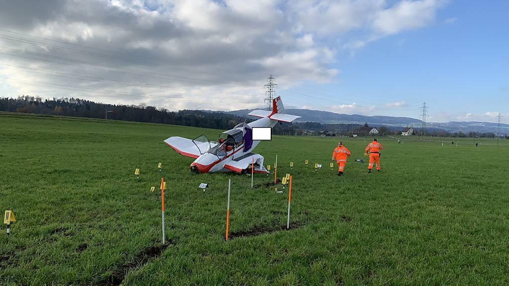 Ein Kleinflugzeug wurde bei einer Notlandung auf einer Wiese in Gossau ZH erheblich beschädigt.
