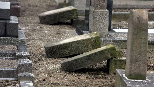 300 der 400 jüdischen Gräber wurden geschändet