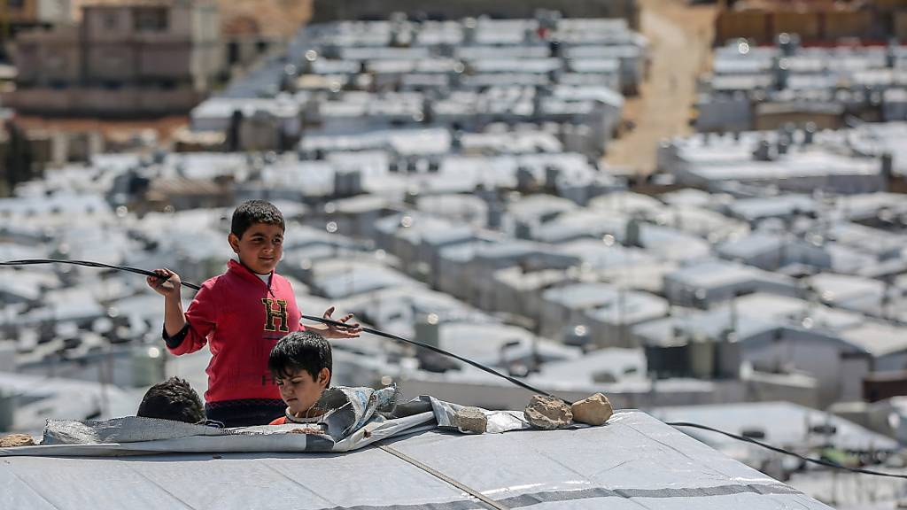 ARCHIV - Syrische Jungen spielen auf dem Dach einer Unterkunft im Flüchtlingslager Barra nordöstlich der libanesischen Hauptstadt Beirut. Syrien befindet sich seit 2011 im Bürgerkrieg, nachdem sich die Syrer inmitten einer Welle von Aufständen des Arabischen Frühlings gegen Präsident Assad erhoben. Foto: Marwan Naamani/dpa