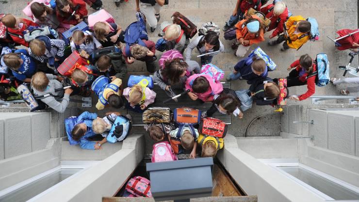 Schülerinnen und Schüler drängen ins Schulhaus; mit Blockzeiten wäre ihr Tag klarer strukturiert.  emanuel freudiger
