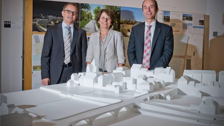 Stadtpräsidentin Jolanda Urech sowie die Stadträte Hanspeter Hilfiker (links) und Werner Schib präsentieren das Modell des «Pont Neuf».
