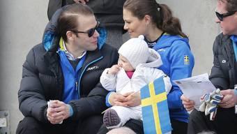 Die Familie der schwedischen Kronprinzessin Victoria und des Prinzen Daniel (l) wird nächstens grösser. Hier hält Victoria 2013 ihre Tochter Prinzessin Estelle im Arm (Archiv)