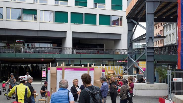 Reden über die Zukunft der Stadt Baden: Die «Planbar» beim Brunnen am Schlossbergplatz bietet eine Plattform für gute Gespräche.