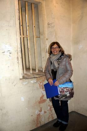 Stadtführerin Silvia Hochstrasser in einer der ehemaligen Zellen im Stadtturm Baden