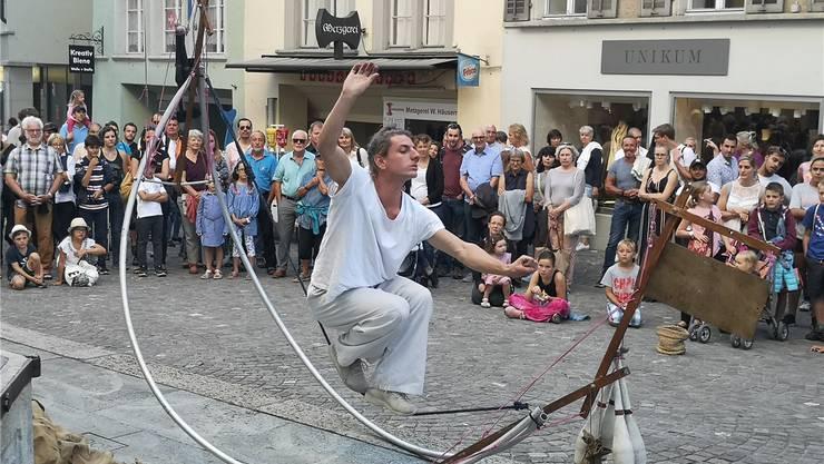 Der Franzose Simon Moreau begeisterte die Zuschauer gestern Abend in der Kirchgasse mit seiner artistischen Show und seinen Jongleur-Künsten.Bilder: Urs Helbling