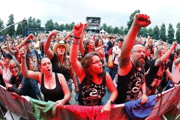 """Bei der Berliner Band """"The BossHoss"""" gingen die Fans an der Virgin Radio Rock Night auf dem Heitere Zofingen voll mit."""