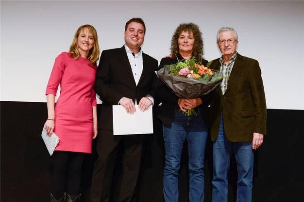 Übergabe mit (von links) Filmtagedirektorin Seraina Rohrer, Simon Wiedmer (Gemeindepräsident Kriegstetten), Preisträgerin Susanne Jauch und Regisseur Rolf Lyssy.