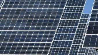 Während hier über Dachabstände und Solarrichtlinien gestritten wird, wird einem jenseits der Grenze bewusst, dass wir den Anschluss in der Solarenergie verlieren. (Symbolbild)