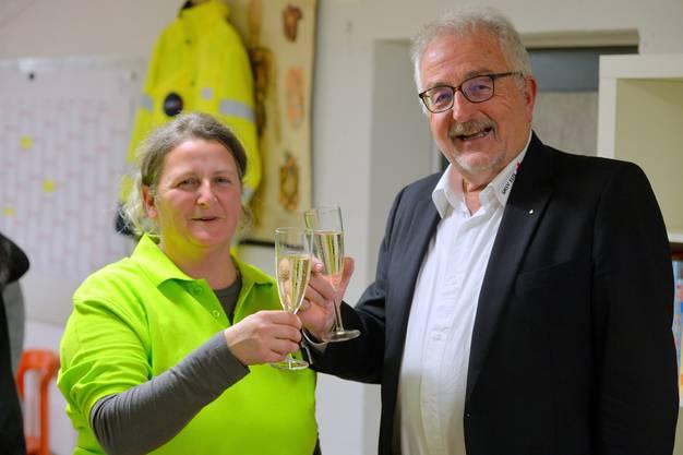 Kathrin Sutter, die erste Präsidentin des MSV Aare Nord-Süd, stiess mit Jürg Schmutz, dem Zentraplräsidenten des SMSV auf gute Zusammenarbeit an.