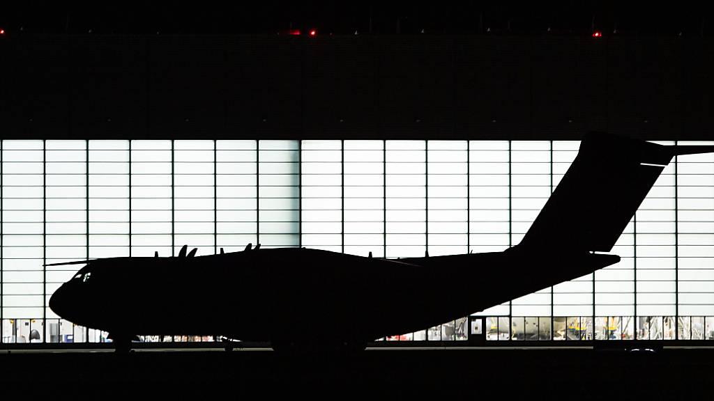 Eine Maschine des Typs Airbus A400M steht auf dem Fliegerhorst Wunstorf vor einem Flugzeughangar. Foto: Lino Mirgeler/dpa