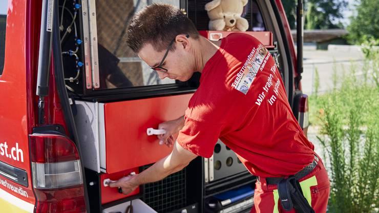 Tierretter Patrick Huber zeigt das Rettungsfahrzeug.