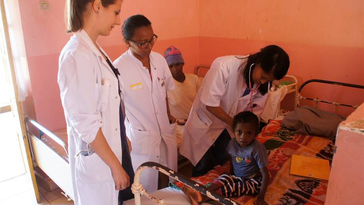 Dieser Junge wurde mit einer schlimmen Infektion ins Universitätskrankenhaus für Kinder in Madagaskars Hauptstadt Antananarivo eingeliefert. Die angehende Assistenzärztin Natalie Friedli (links) sowie die Ärztinnen TianeRavaoarisoa und Emilia Razafiarivelo kümmern sich um ihn.