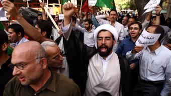 Hunderte von jungen Leute haben vor der Schweizer Botschaft in Teheran gegen den Satirefilm über Mohammed und die Muslime protestiert