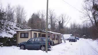 Auf dem Areal beim ehemaligen Steinbruch Bargetzi in Rüttenen steht noch ein grösseres Wohnmobil. Der Planwagen im Hintergrund gehört Mitarbeitern der Bürgergemeinde.