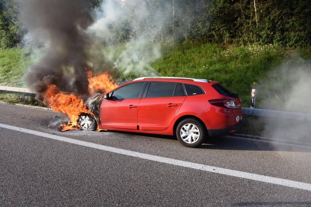 Auto brannte auf der A1 (© Kapo SG)