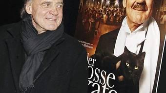 Schauspieler Ganz stolz vor dem Filmplakat