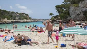 Die Strände in Mallorca locken Millionen Touristen an. Jetzt wird es Einheimischen und auch Einwanderern aus der Schweiz zu viel.
