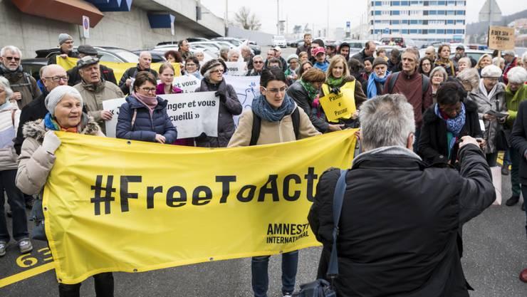 Dutzende Menschenrechtsaktivisten in Neuenburg protestieren gegen eine Bestrafung des Pastors.